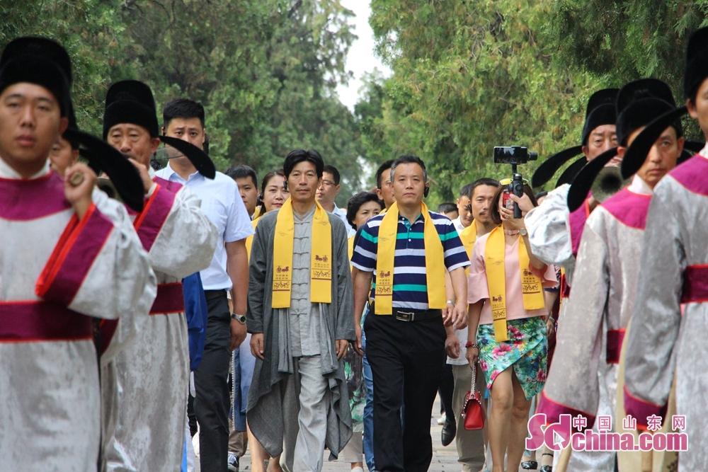 <br/>  全体嘉宾身披黄色绶带缓步走入孔庙。<br/>