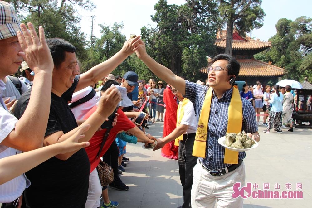 <br/>  屈原后裔、孔子后裔向游客发放粽子。<br/>
