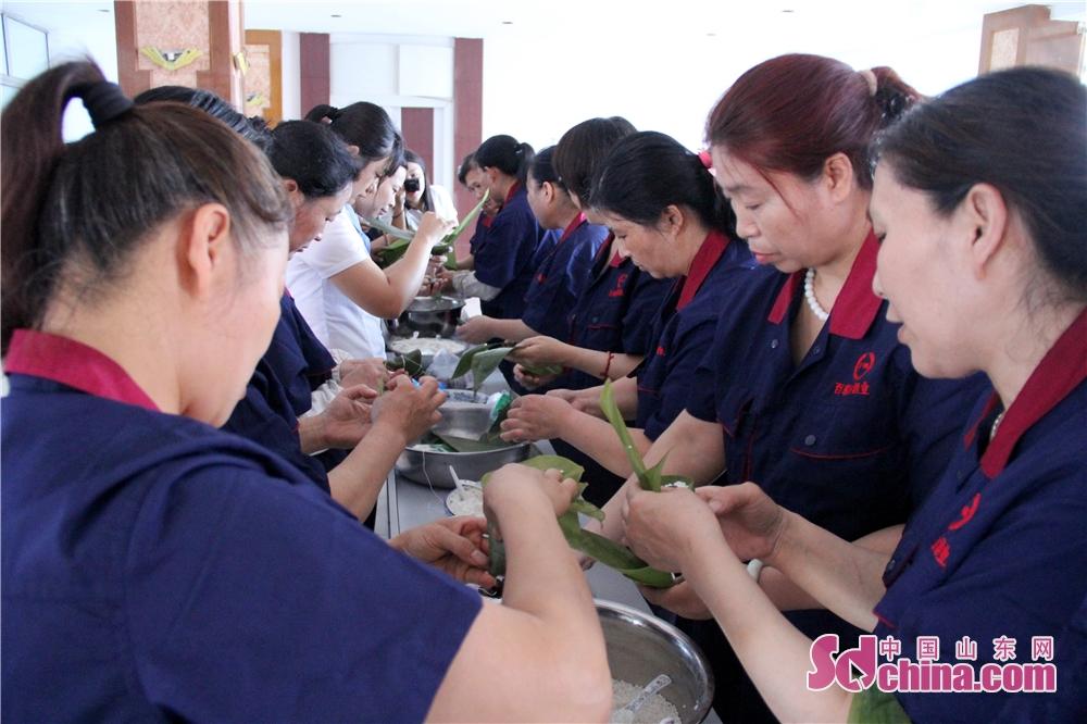 <br/>     百粮春酒业组织各部门员工举办了欢庆端午齐心协力包粽子活动。通过活动,引导职工进一步了解传统节日、认同传统节日、喜爱传统节日、过好传统节日。