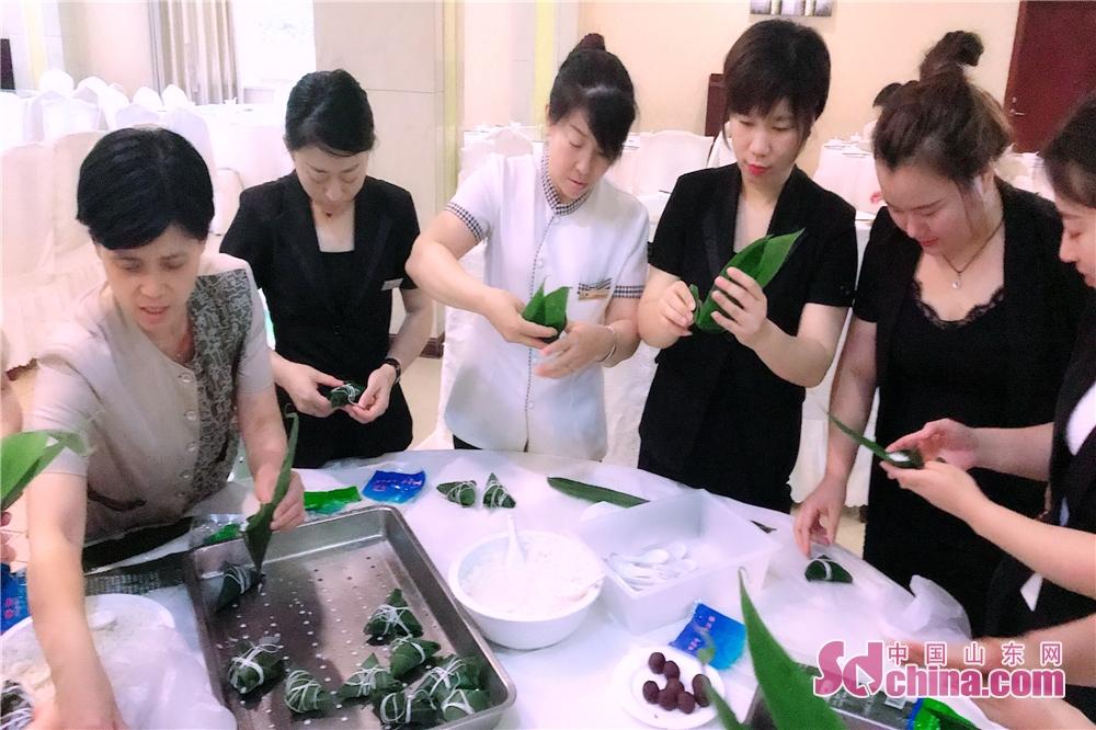 <br/>     傅山度假村组织举办了端午节特色亲子主题活动,并组织员工包粽子。