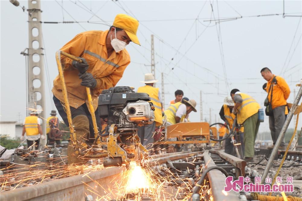 <br/>  从6月开始,临沂工务段就进入了大维修施工阶段,计划利用一个月的时间,对管内兖石铁路进行集中养护维修。图为作业人员在进行钢轨打磨。<br/>