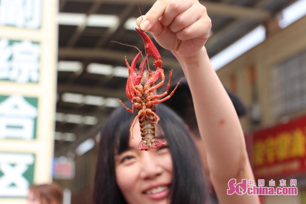 <br/>  观众怕夹了手,小心翼翼的拎起了小龙虾须。<br/>