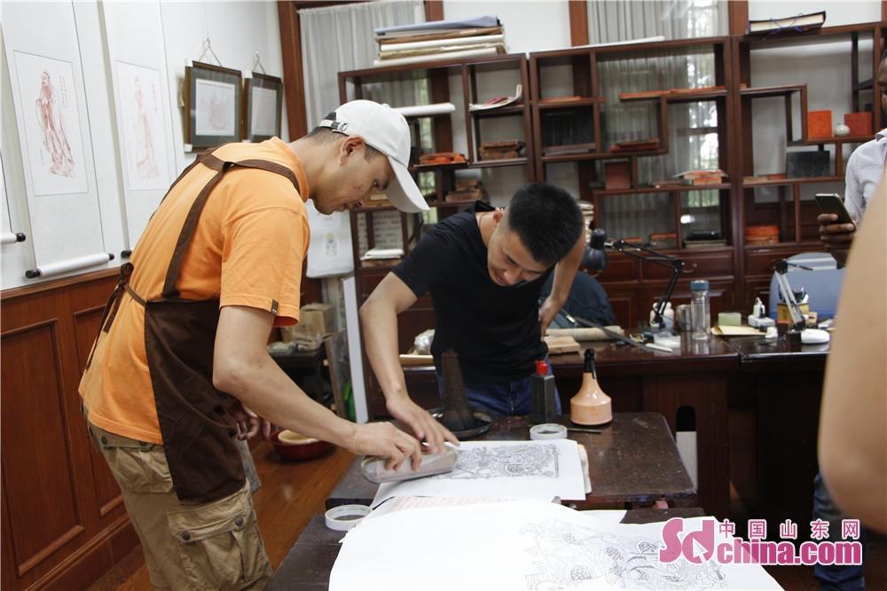 印刷は外国人が一番興味深い部分で、皆は済南の歴史名人の秦瓊を印刷した。<br/>