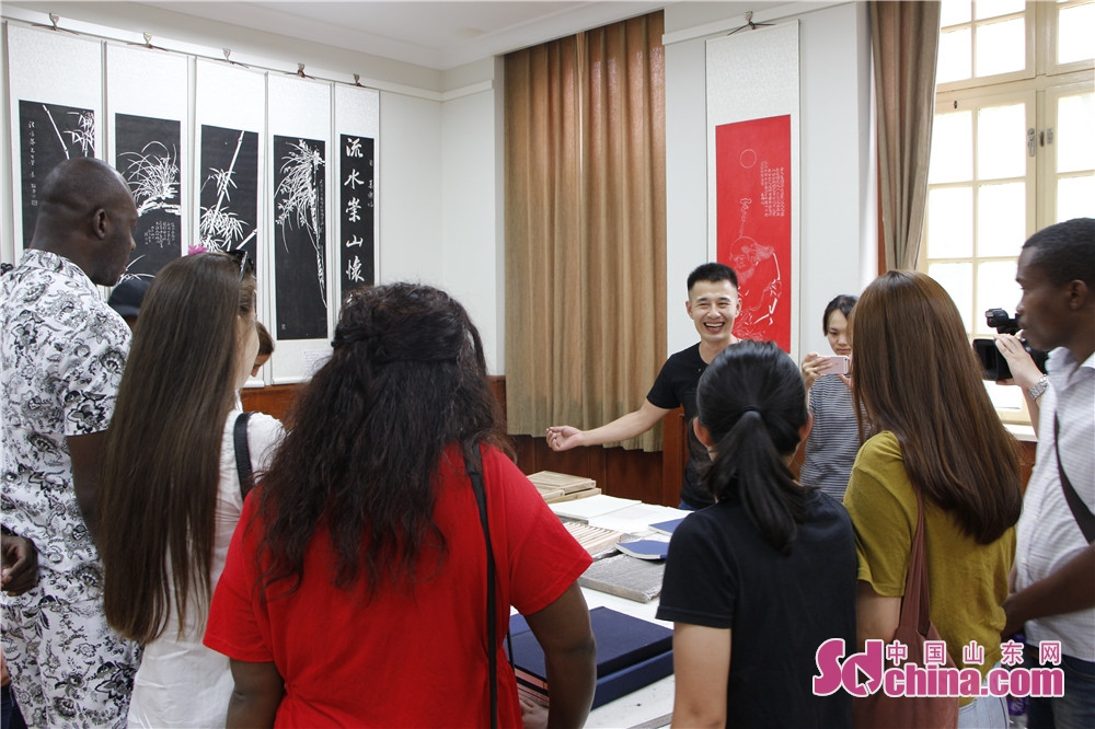 このほど、「感知山東」外国人体験活動は尼山書院を訪れた。尼山書院の李さんは8国からの留学生に木版印刷の歴史を説明した。木版印刷は、一枚の木版に数行の漢字の文章を凸版で彫り、一枚の紙に印刷する「一枚刷り」で、8世紀後半に唐代に広く行われるようになった。<br/>