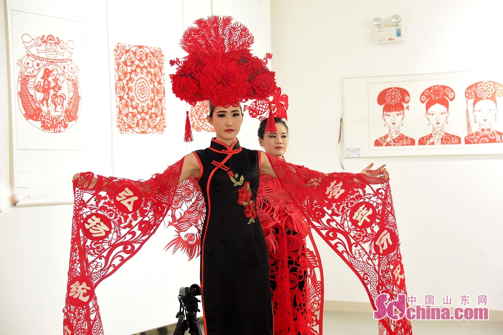Models present paper cutting creation of Huang Yuhua, Dong Yueqin and Tiantian during the second excellent paper cutting work exhibition in Chiping of Liaocheng, Shandong Province, on June 25, 2018.<br/>