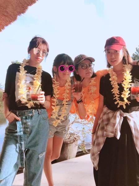<br/>  25日晚,贾静雯分享带着梧桐妹和友人到海岛度假的照片,并表示这是专属大女儿的时光,照片中梧桐妹高高跳起看得出她很兴奋。贾静雯齐刘海比V嘟嘴,耳朵别花,少女感爆棚。<br/>