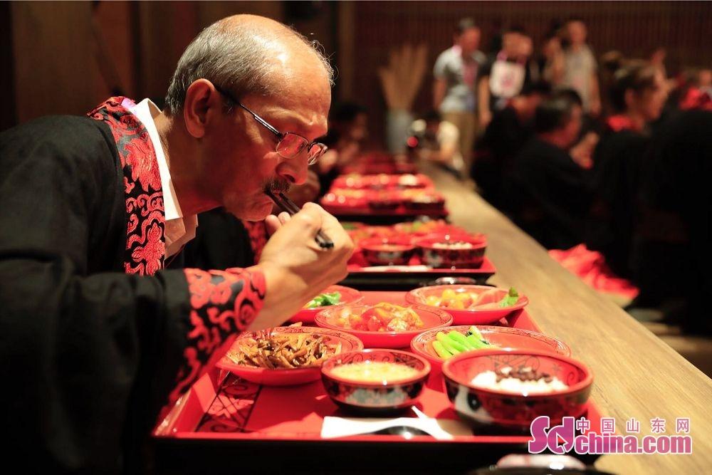 图为外国友人体验汉代定食食礼。(摄影 张仁玉)<br/>