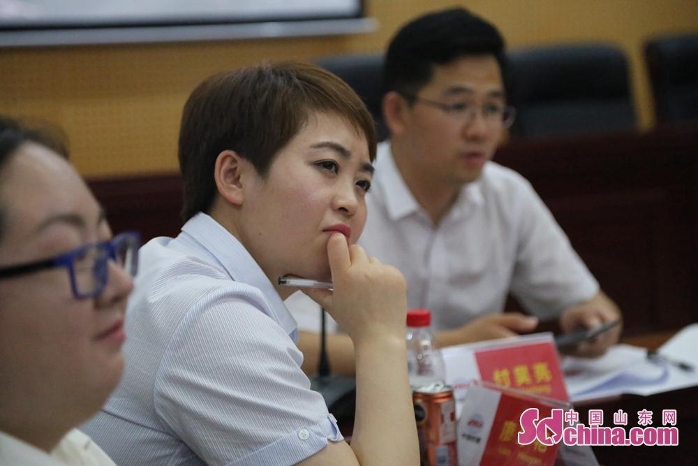 中方青年代表认真听取留学生的发言。<br/>