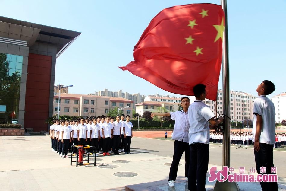 最后一次升旗。伴随着《国歌》那熟悉的旋律,不少高三学生的眼眶湿润了。<br/>
