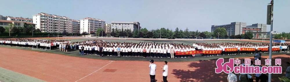 出征! 650余名高三毕业生成为今天的主角,全校高一、高二和海川中学2100余名师生共同为高三生壮行。<br/>