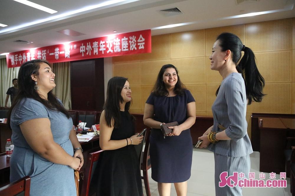 中铁十四局领导与留学生展开交流。<br/>