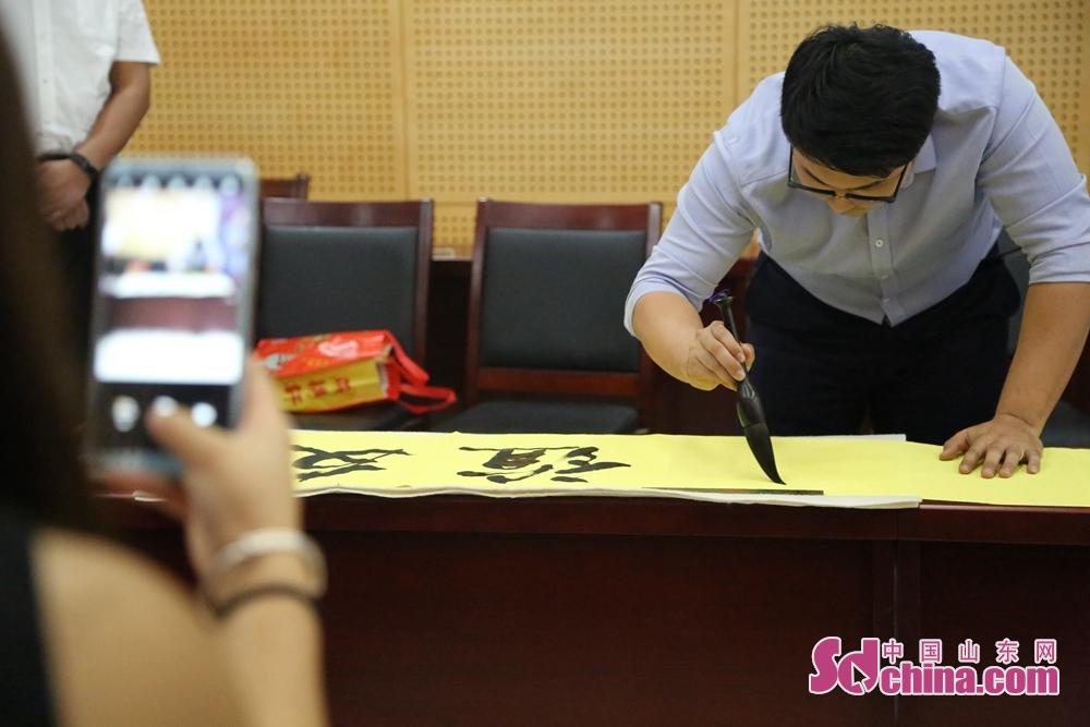 中方青年代表现场写下&amp;ldquo;友谊长存&amp;rdquo;的书法作品。<br/>