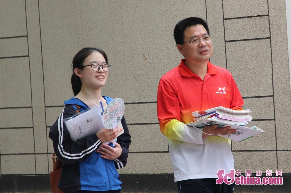 <br/>  第一场考试结束,带着自信的笑容与父亲交流。<br/>