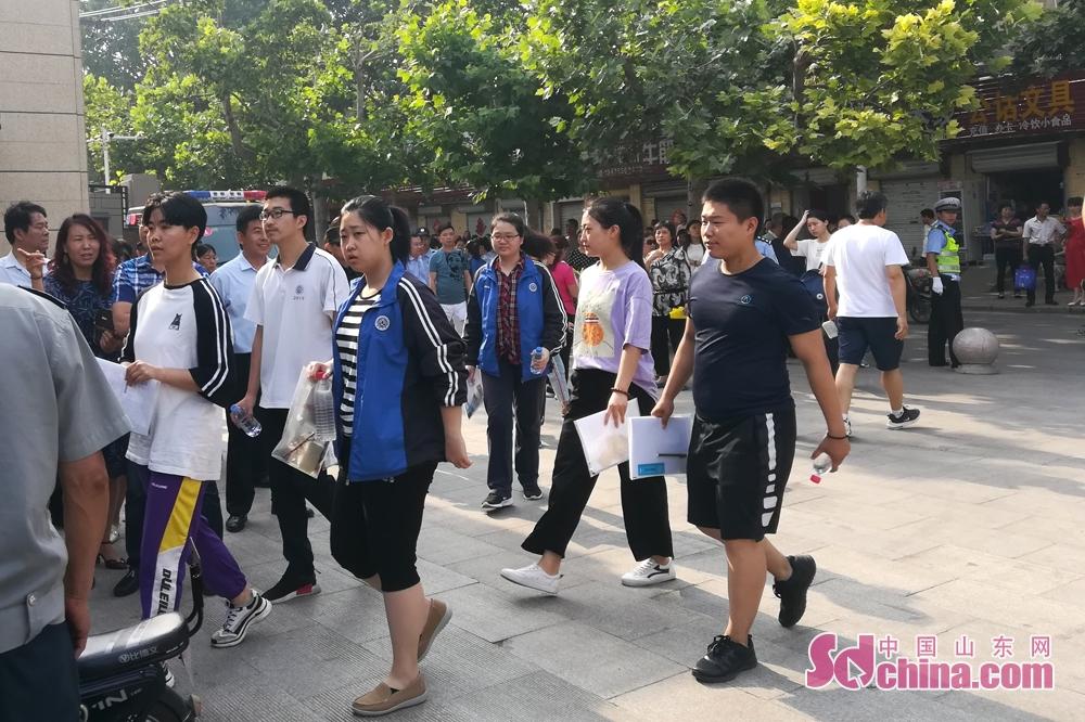 <br/>  早上8点30分,在潍坊中学考场外,中国山东网记者看到,考生们陆续进入考场。<br/>