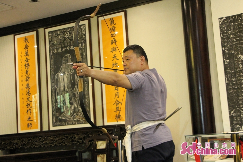 An archer display the right way of drawing bow. Recently, seven foreigners went to Ni Shan Academy to learn Chinese archery in Daming Lake in Jinan, Shandong Province.<br/>