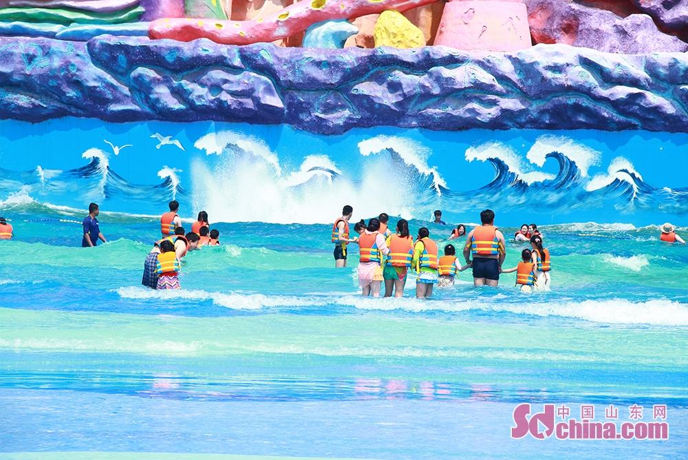 <br/>  这里不仅是小孩子们亲水的天堂,也是所有年龄段人群度夏消暑的好去处。超级大喇叭滑梯区域,青年们三五成群,坐着四叶草型浮圈从20米高的滑梯平台呼啸而下,冲进下方水池,激起巨大的浪花,场面蔚为壮观;在海神之怒项目区,几名男子不断挑战巨浪,场边的观众不时发出笑声与掌声。<br/>