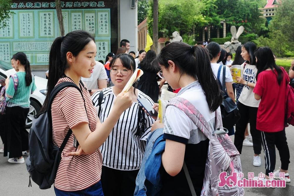 <br/>   最后一场英语考试,考生前抓紧时间看学习资料。