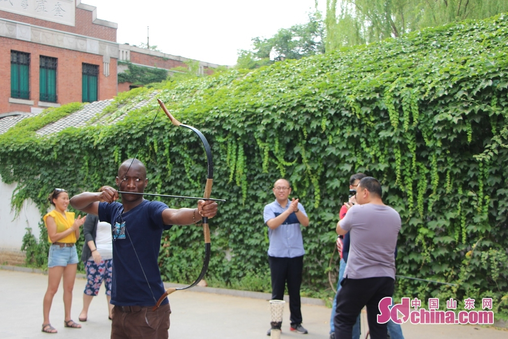 A foreigner draw a bow to release the arrow. Recently, seven foreigners went to Ni Shan Academy to learn Chinese archery in Daming Lake in Jinan, Shandong Province.<br/>