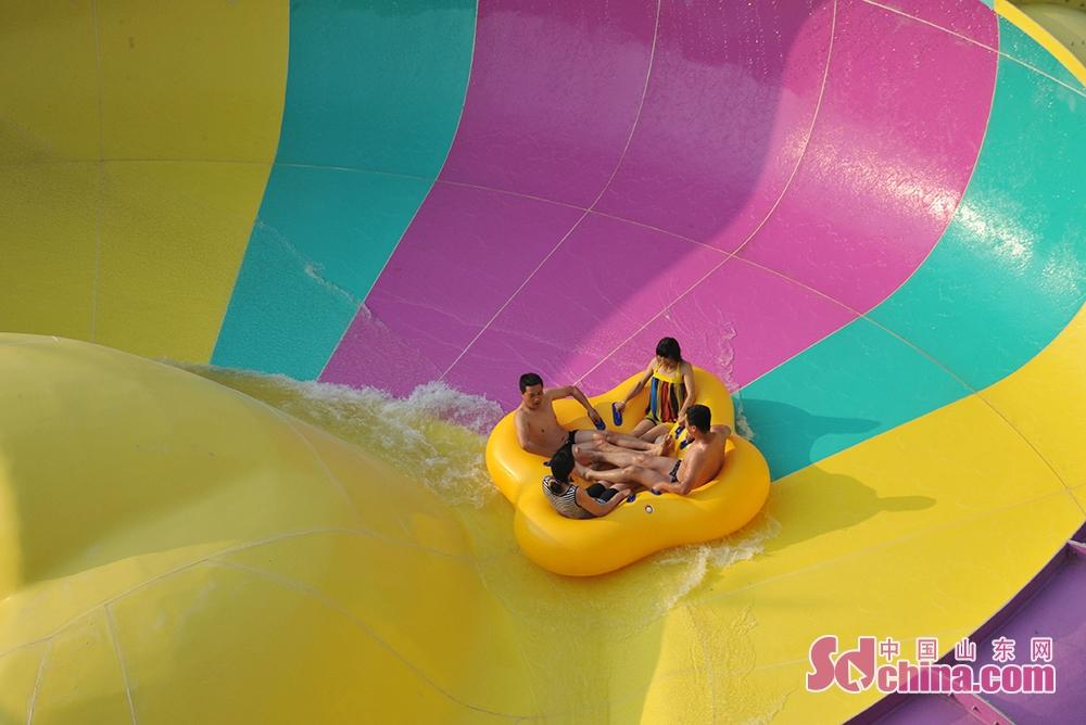 <br/>  福地传奇水上乐园以生态园林景观、戏水文化游乐为主题。游乐设备有超级大喇叭、巨兽碗、喷射滑道、互动水寨、儿童小喇叭滑道等顶尖水上游乐设备30余套,还有人造海浪池和人工漂流河等。<br/>
