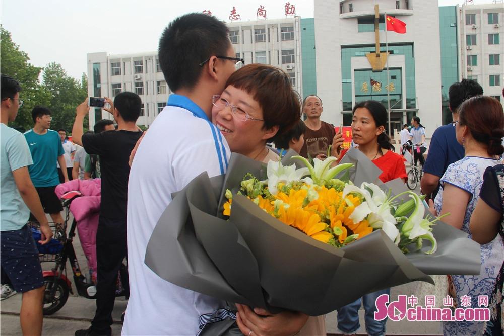 <br/>        &amp;ldquo;孩子,辛苦啦!&amp;rdquo;家长送上鲜花与考生相拥!