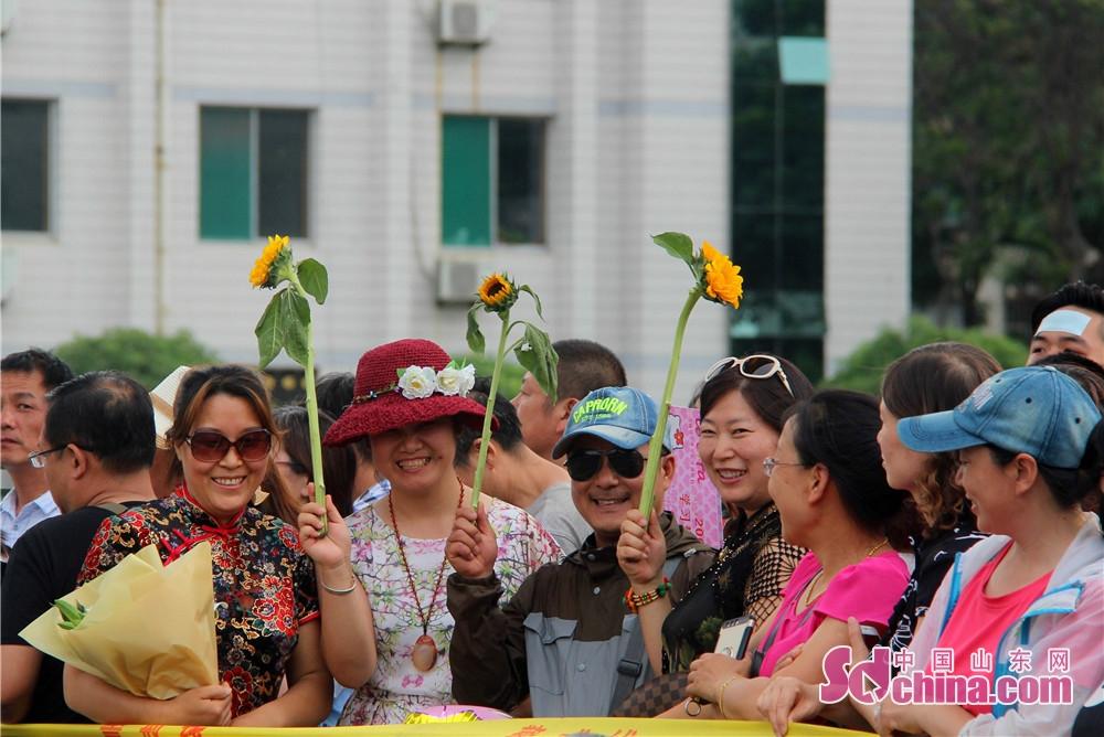 <br/>        手举小花花,在考场外等候的父母们!