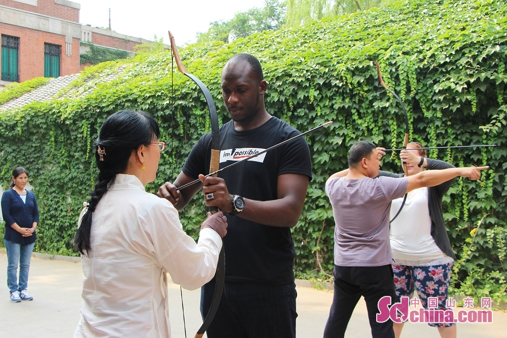 Archers teach the foreigners how to draw a bow. Recently, seven foreigners went to Ni Shan Academy to learn Chinese archery in Daming Lake in Jinan, Shandong Province.<br/>
