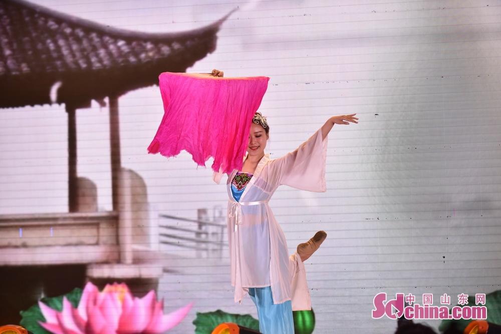 <br/>  女子独舞《秀色》闪转腾挪的动势和独特的精神气质,让官兵们在益醉神迷、出神入化中品味浓郁的中国风情。