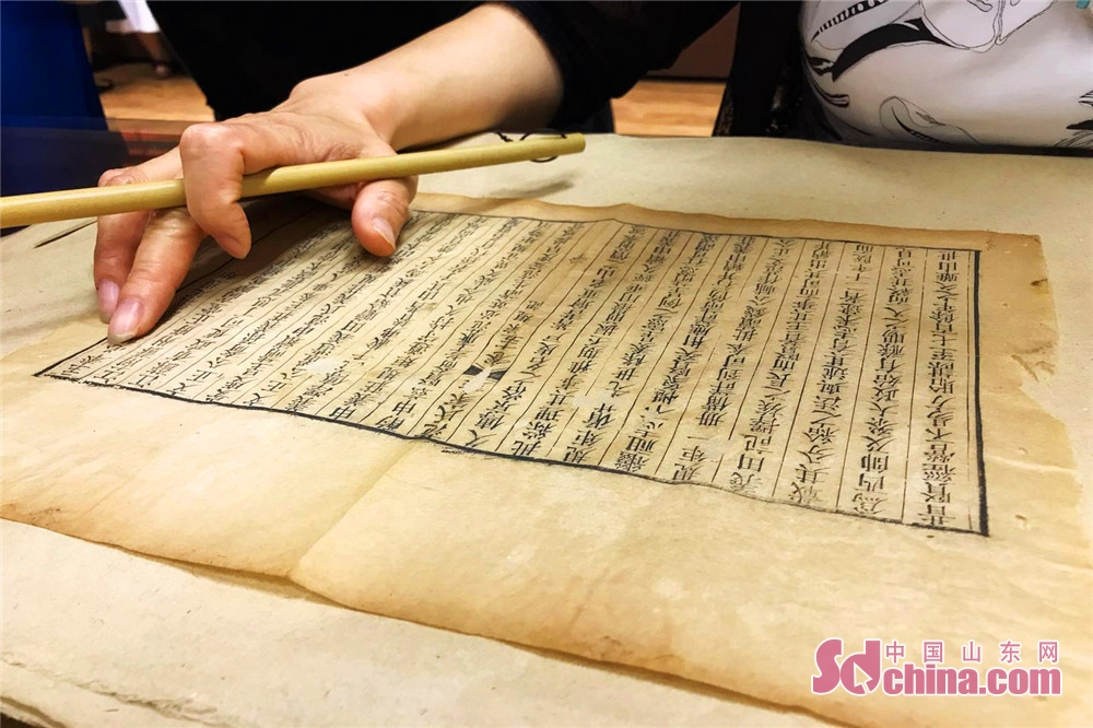 A restorer of ancient books repairs the Genealogy of Fan&amp;rsquo;s Family in Jinan, east China&amp;rsquo;s Shandong Province. Shandong Precious Ancient Books Exhibition kicked off in Shandong Library on June 9 and will last to June 29, 2018.<br/>