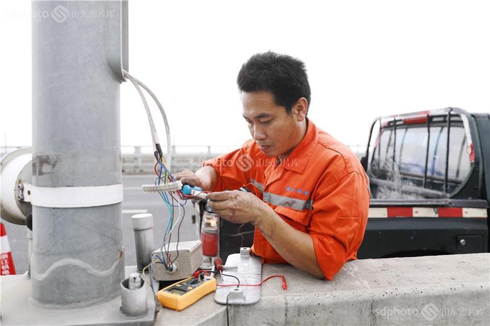 <br/>  7月11日上午,台风过后,电力部门全力对受损的电力设施进行抢修,确保迅速恢复用电。