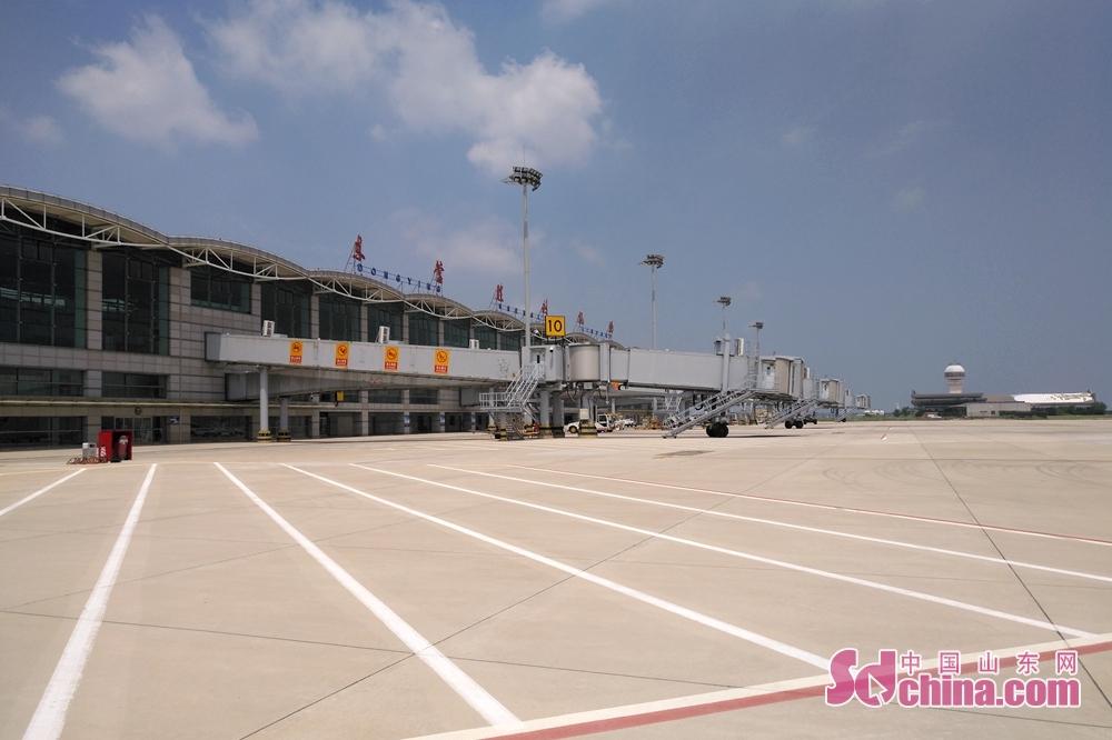 7月12日、東営勝利空港は国産飛行機C919を迎える準備作業を行った。C919飛行機は12日午後、上海浦東空港から出発し、東営に到着する計画。
