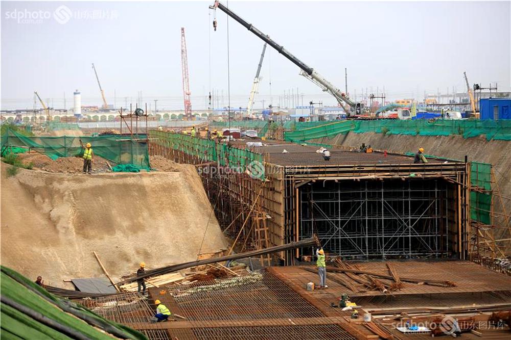 <br/>  图为7月11日,一线建设者正在白云路车行通道南侧进行主体砼浇筑施工时的场景。