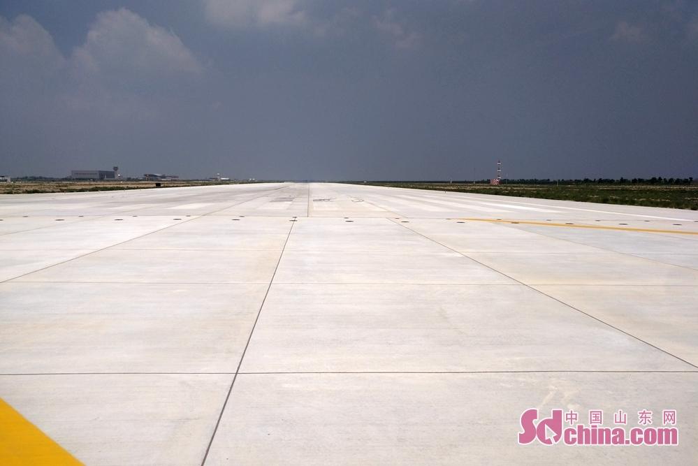 <br/>  为了迎接C919国产大型客机,东营胜利机场将原2800米跑道延长至3600米。目前,山东省内只有两个机场拥有此长度的跑道,一个在济南,一个在东营。<br/>