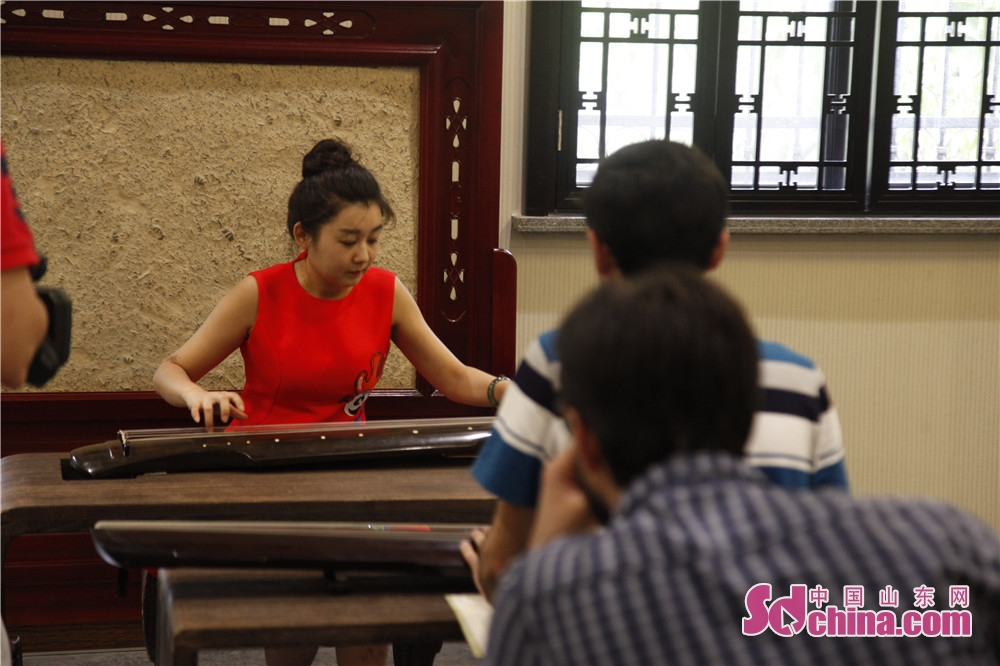 A music master teaches the foreigners how to play Guqin. Five foreigners from different countries went to Ni Shan Academy to learn Guqin, a string instruments of Chinese zither family, in Daming Lake of Jinan, east China&amp;rsquo;s Shandong province.<br/>