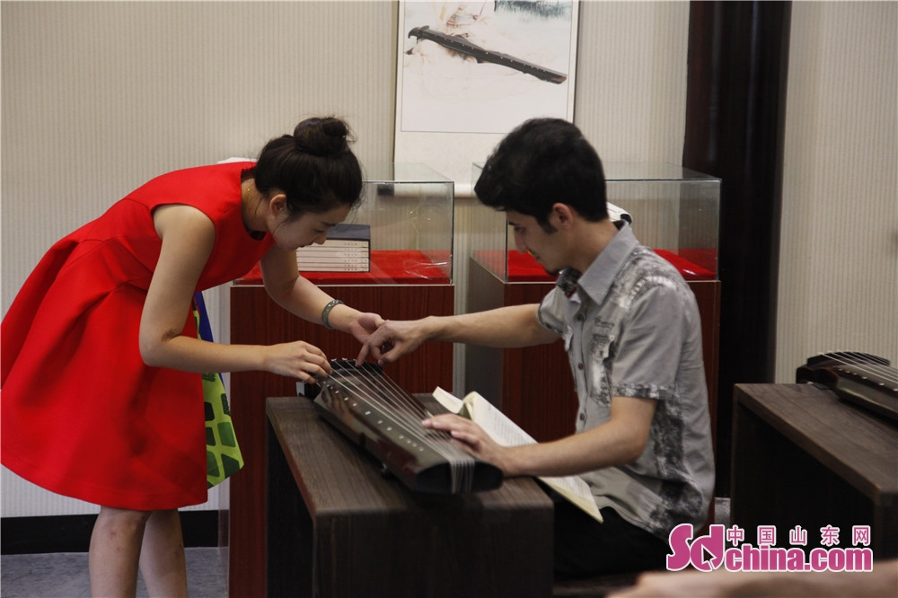 A music master teaches a foreigner how to play Guqin. Five foreigners from different countries went to Ni Shan Academy to learn Guqin, a string instruments of Chinese zither family, in Daming Lake of Jinan, east China&amp;rsquo;s Shandong province.<br/>