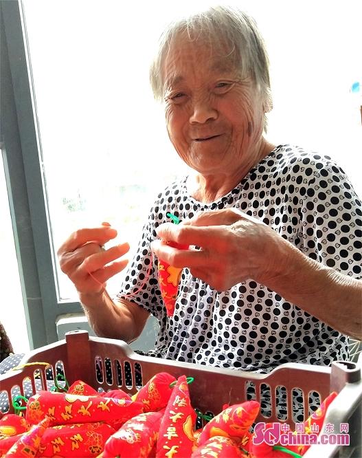 <br/>  刘玉英在认真穿针走线,缝制&amp;ldquo;红辣椒&amp;rdquo;。<br/>