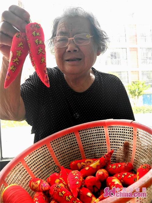 <br/>  刘玉兰展示自己缝制好的&amp;ldquo;红辣椒&amp;rdquo;。<br/>