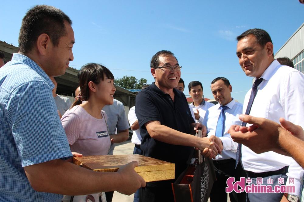 考察结束后,赵治国与巴扎洛夫互赠礼物,巴扎洛夫表示,此次访问收获非常大,不仅有助于乌兹别克斯坦纳学习借鉴中国的经验,还将有力促进山东与纳曼干州的友好交流合作,希望双方能够深入交流,并进一步建立合作关系。