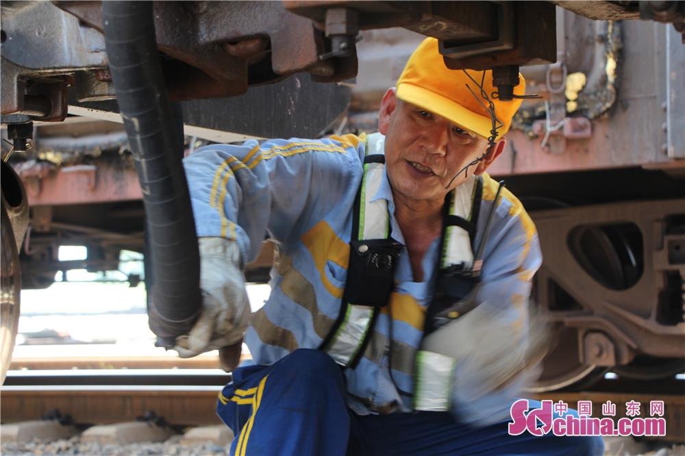 <br/>  铁路编组站是车流集散和列车解编的基地,常有&amp;ldquo;列车工厂&amp;rdquo;之称。在胶济线上的东风站编组场里有一个&amp;ldquo;特殊&amp;rdquo;的工种,专门为车辆&amp;ldquo;放气&amp;rdquo;,他们就是被俗称为&amp;ldquo;放气工&amp;rdquo;的列车排风制动员。当货物列车到达解体作业前,为了让制动系统内的空气排净,排风制动员们都要穿行在灼热的线路上,在车厢旁进行排风作业,以方便后续货物列车的解体编组。