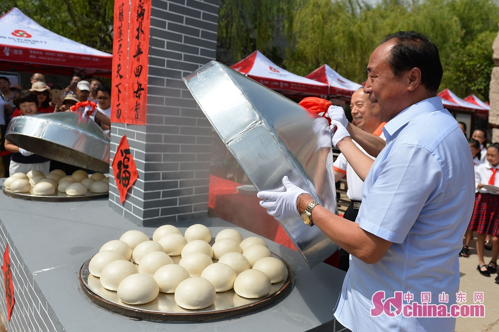 Participants make the steamed buns in Qingdao, a coastal city of Shandong Province. 2018 Laoshan Wanggezhuang Steamed Bun Culture Festival and 10th Patterned Steamed Bun Contest was held here on June 30, 2018.<br/>