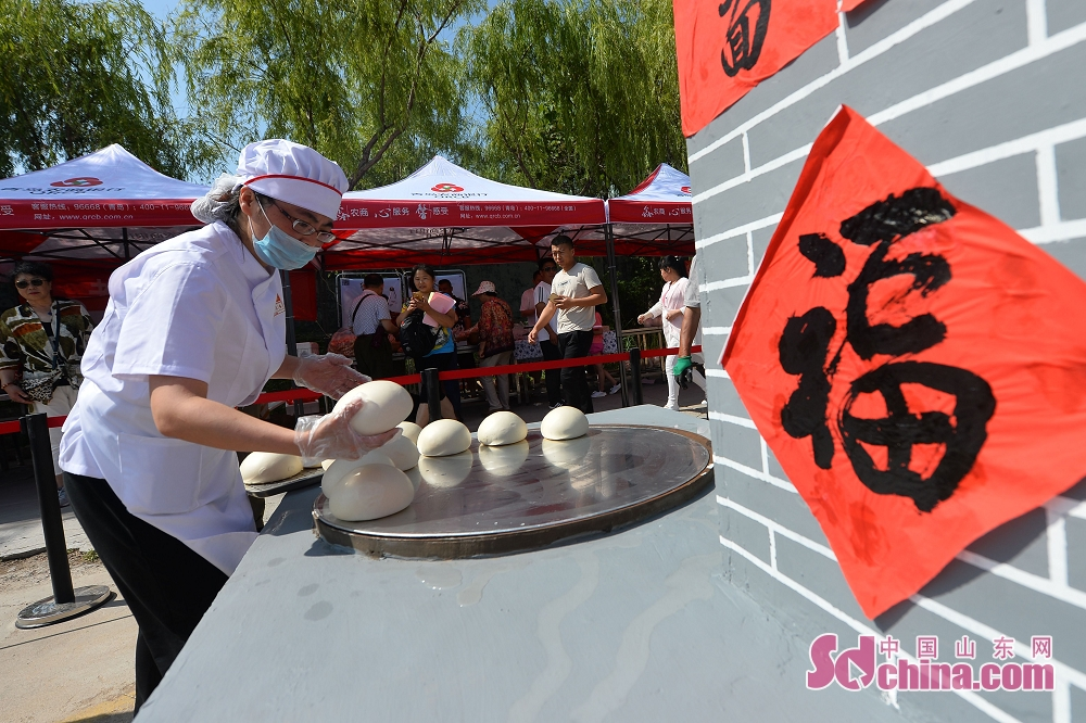 A participant makes the steamed buns in Qingdao, a coastal city of Shandong Province. 2018 Laoshan Wanggezhuang Steamed Bun Culture Festival and 10th Patterned Steamed Bun Contest was held here on June 30, 2018.<br/>
