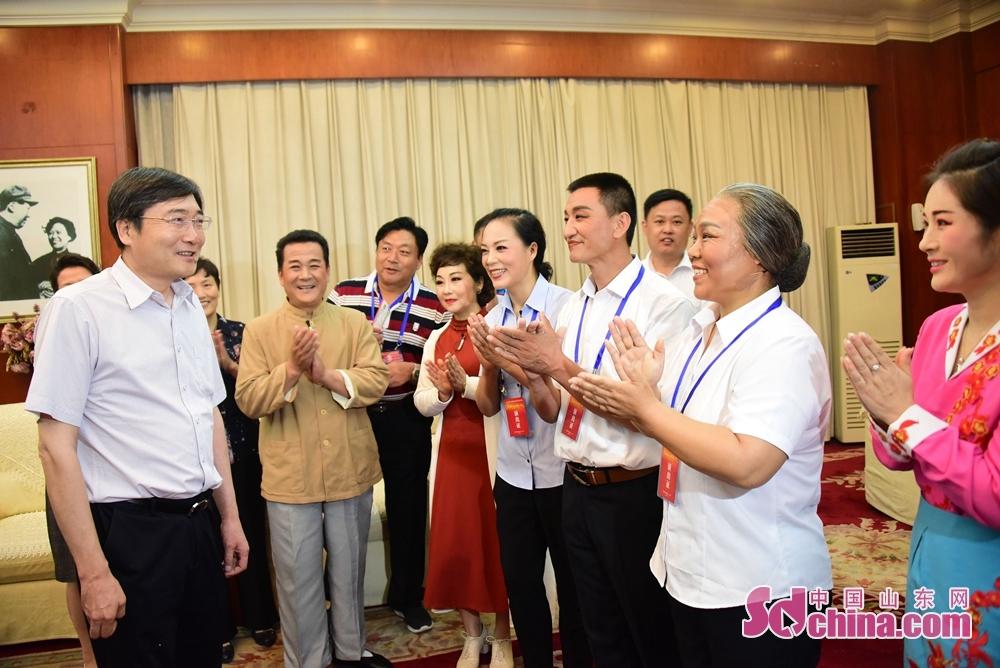 <br/>  2018年7月23日,中华人民共和国文化和旅游部党组成员、副部长张旭接见参加演出的部分演员。<br/>