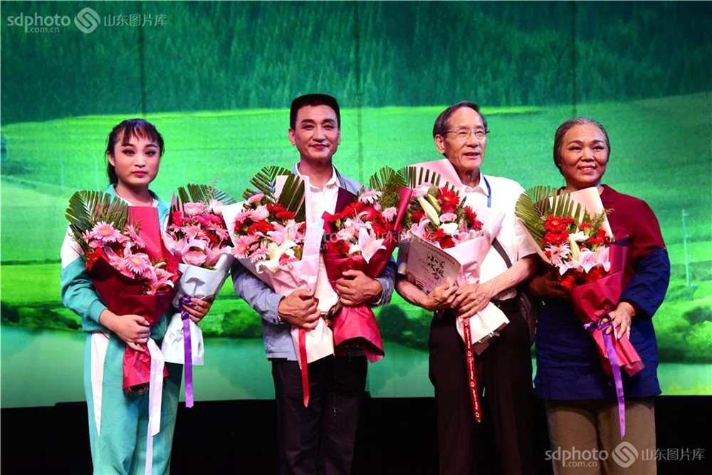<br/>  据悉,在2016年、2017年成功举办全国基层院团戏曲会演的基础上,中宣部、文化和旅游部定于2018年5月至8月在北京继续举办全国基层院团戏曲会演。本次会演参演剧节目共计40台,覆盖全国29个省(自治区、直辖市)、新疆生产建设兵团和香港、澳门特别行政区,涉及47个剧种。32台大戏中,现代戏26台,占比达81%,体现了基层戏曲院团扎根基层、关注现实的创作特点。会演组织8台小戏组台演出,这些小戏生活气息浓郁、地域特色鲜明,深受群众欢迎。<br/>