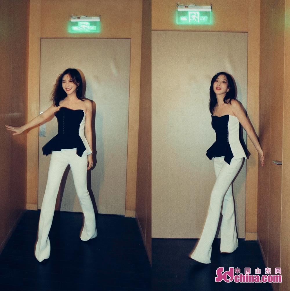 <br/>  7月23日,演员熊乃瑾现身北京某品牌活动。当天她以黑白拼接抹胸上衣搭配白色喇叭裤,时尚与高雅并存,轻松玩转复古与潮流两种风格。帅气利落的整体造型与该品牌帅气与洒脱、精致与柔软并存的设计理念相呼应,成为现场一颗夺目的明珠。<br/>