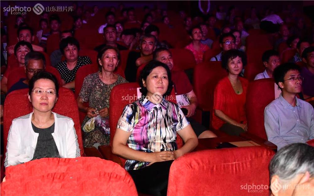 <br/>  在山东梆子戏《一个也不拉下》演出现场,中国评剧院演出大厅内座无虚席,舞台效果、乐曲背景及演员们感情真挚的表演,在30分钟的演出中赢得了在场观众的十四次热烈掌声,至此茌平县剧团进京的演出,迎来了茌平剧团跨时代的文化春天。<br/>
