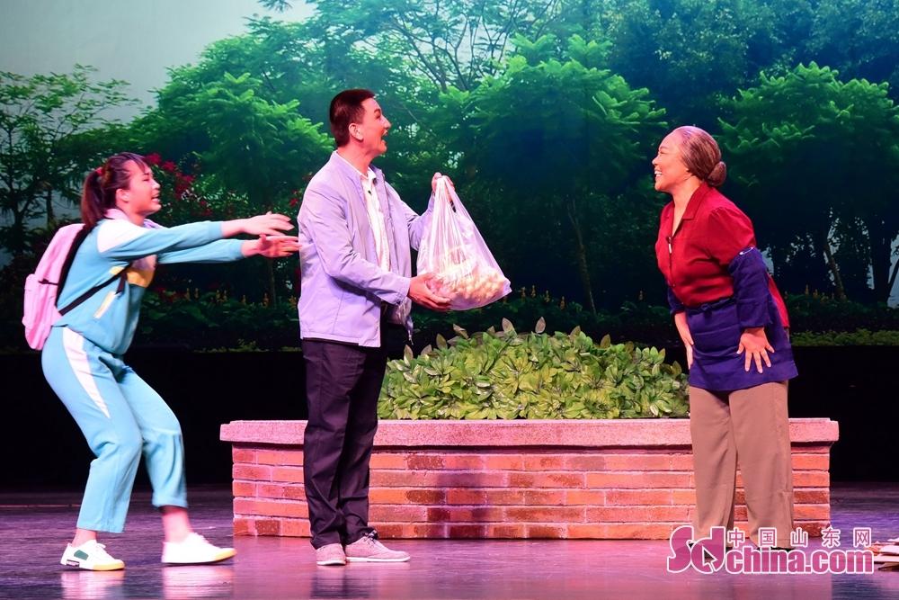 <br/>  据悉,在2016年、2017年成功举办全国基层院团戏曲会演的基础上,中宣部、文化和旅游部定于2018年5月至8月在北京继续举办全国基层院团戏曲会演。本次会演参演剧节目共计40台,覆盖全国29个省(自治区、直辖市)、新疆生产建设兵团和香港、澳门特别行政区,涉及47个剧种。32台大戏中,现代戏26台,占比达81%,体现了基层戏曲院团扎根基层、关注现实的创作特点。会演组织8台小戏组台演出,这些小戏生活气息浓郁、地域特色鲜明,深受群众欢迎。会演将邀请戏剧专家召开评议会,加强艺术评论,提升剧节目质量,引导创作方向,并召开基层戏曲院团艺术创作专题研讨会。本次2018全国基层院团戏曲会演,山东省共有4台小戏参演,分别是茌平县山东梆子剧团参演的山东梆子戏《一个也不落下》、东营市吕剧团演出的吕剧《社区新风》、莱芜梆子艺术传承保护中心参演的莱芜梆子《梅花炒鸡浆豆腐》及临沂市柳琴戏传承保护中心奉上的柳琴戏《桃花缘》。<br/>