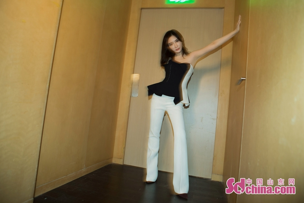 <br/>  7月23日,演员熊乃瑾现身北京某品牌活动。当天她以黑白拼接抹胸上衣搭配白色喇叭裤,时尚与高雅并存,轻松玩转复古与潮流两种风格。帅气利落的整体造型与该品牌帅气与洒脱、精致与柔软并存的设计理念相呼应,成为现场一颗夺目的明珠。
