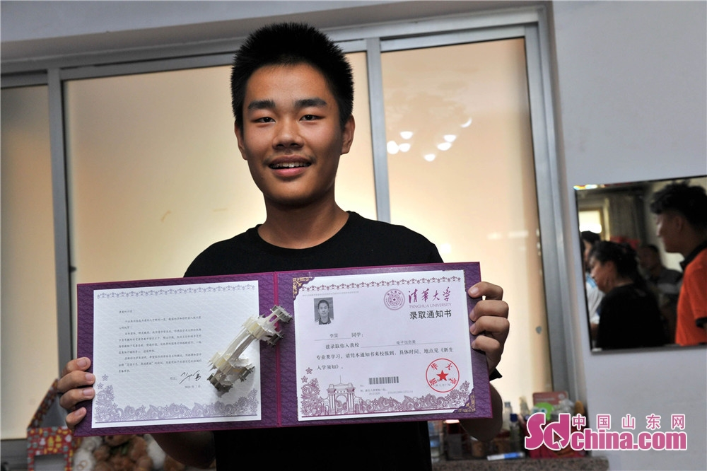 <br/>  李昊今年高考考了697分,被清华大学电子信息类专业成功录取。进入清华大学学习也是他从小的梦想。<br/>