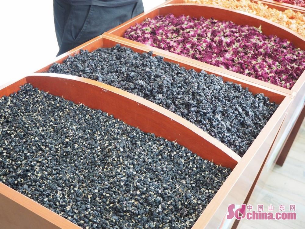 <br/>    <br/>  合作社产出的黑枸杞和玫瑰茶颗粒饱满,色泽鲜艳。<br/>
