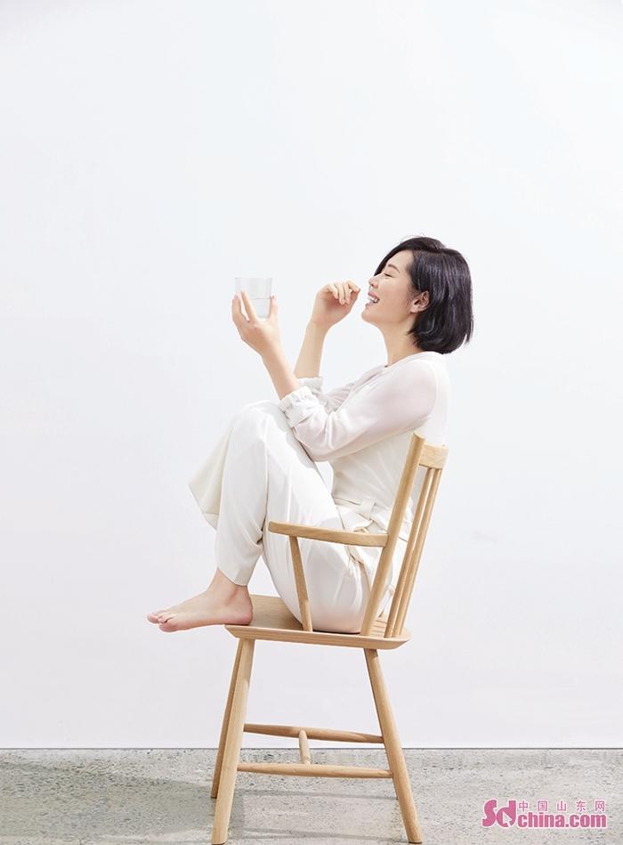 <br/>  近日,演员余男曝光一组杂志大片。照片中的余男一头干净利落的短发,身着米白色休闲衣裤,简单大方。宽松的剪裁也未遮挡住其绝佳的身材优势,修长的脖颈格外吸睛。她或席地而坐或侧趴桌边,有时直视镜头有时侧首浅笑。余男此次造型一改往日帅气性感的女王风格,显露出其温柔安静的一面。<br/>