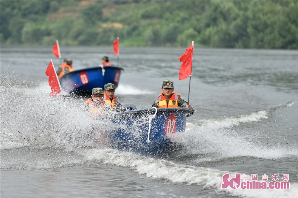 A disaster rescue and relief drill is held by a reserve corps of engineers in Beiying Reservoir of Yiyuan Coutny in Zibo, Shandong province recently.<br/>